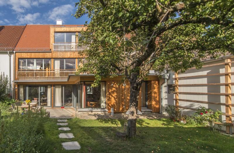 Reihenmittelhaus in Massivholzbauweise, mit Douglasien Schalung, Bieberschwanzdeckung